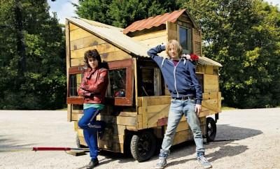 MICROBE & GASOLINE berättar historien om två 14-åriga outsiders som bygger ett hus på hjul och ger sig ut på en roadtrip.