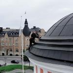 Bobby Toninski på Rådhusets takkant.