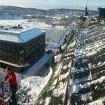 En snöskottare på Bobbys favorittak – Riddaren vid Nybrogatan.