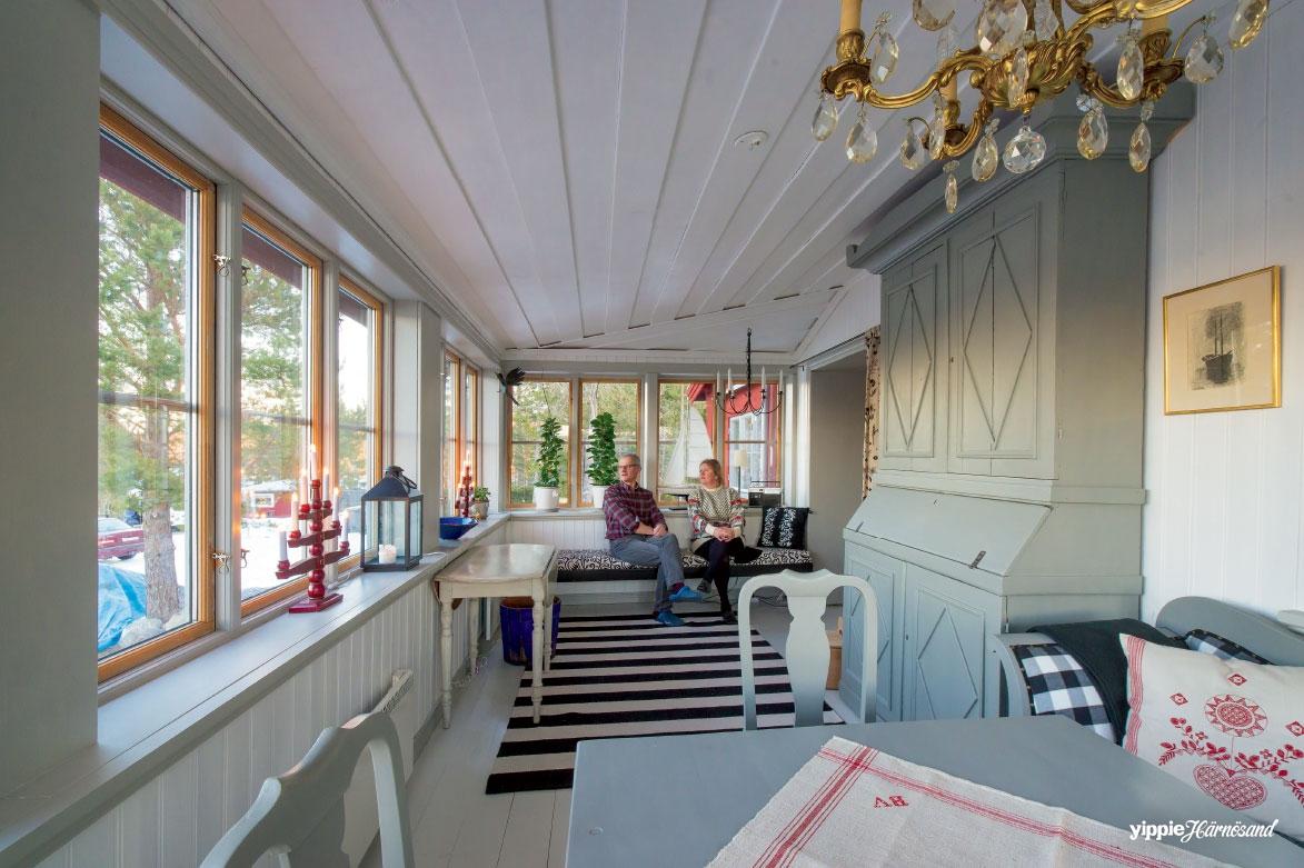 Ulf och Gabriella Öhman i sin nybyggda veranda med utsikt över havet mot Gådeåberget.
