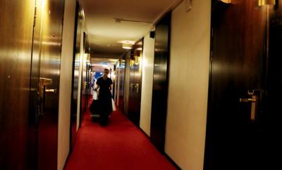Ulrica Billberg drar vagnar med nya lakan och städprodukter genom hotellkorridoren.