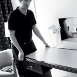 Mats Sandin kånkar gamla skrivbord. Inredningen ska bytas ut.