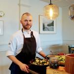 Philip Fagerström är köksmästare. I dag blev det en extra lång dag, från 9.15 till 23.10. Många ville äta.