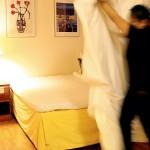 Manok Prawetram bäddar en hel del sängar varje dag.