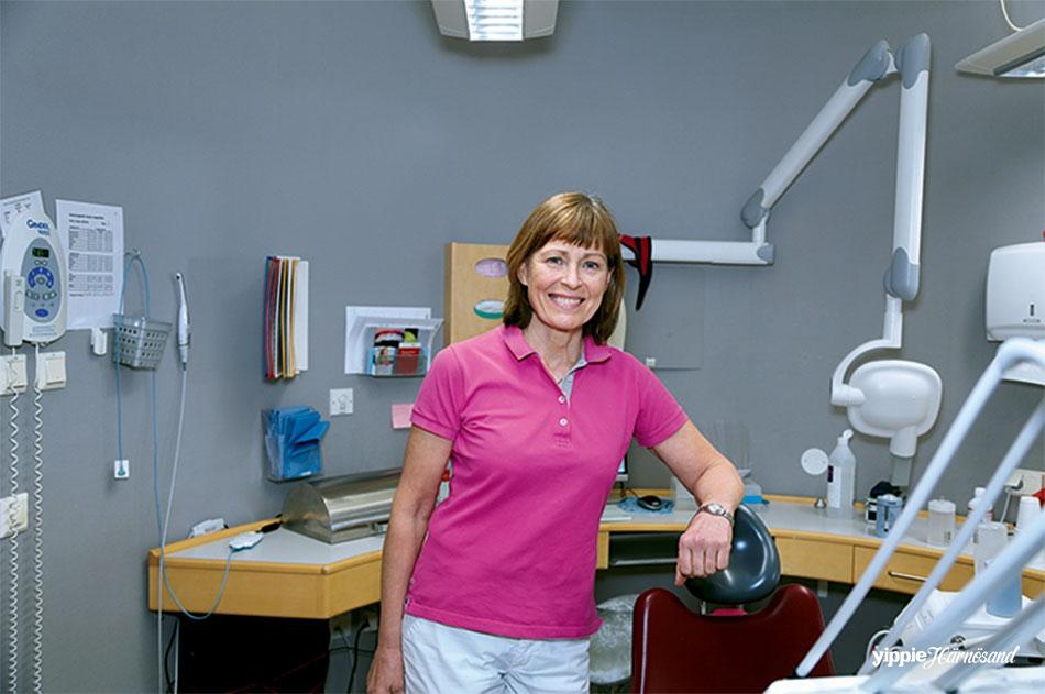 Elisabeth på sin klinik på Köpmangatan i Härnösand. Hon blev färdig tandläkare i sin hemstad Umeå 1980 och kom till Härnösand tre år senare.