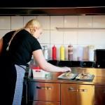 """Linn vid stekbordet. Flera av hamburgarna på Tinas Diner är """"hemmagjorda"""" och av eget recept."""