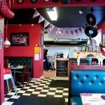 """Restaurangen är inredd i favoritstilen – """"rockabillystilen""""."""