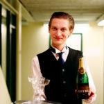 Bartlomiej Szulc, spelar butler: – Jag har faktiskt jobbat ett år som hovmästare, efter att jag gick Hotell- och restaurangprogrammet.