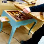 Ett blått specialbeställt spelbord med 1700-talsinspiration.