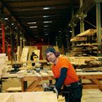 Mustafa Sheik är snickare på CA-boden och arbetar nu med de första delarna till etapp två av ekobyn Bullerbyn i Nederländerna.