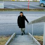 Hans Forsell på väg till Bryggeriet där hans konst har varit synlig den senaste tiden.