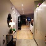 Hallen med kalkstensplattor på golvet och ordentligt med förvaring. Harriet har tagit  hjälp av inredaren David Fahlén (Sågverket, Matbaren etc) för att hitta rätt med färgskalor och material.