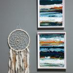 På väggen i gästrummet hänger två av Harriets egna konstverk tillsammans med en drömfångare.