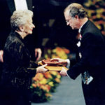 Roger Fjellströms förlag Ordström i Nordingrå har träffat rätt. Wisława Szymborska får Nobelpriset i litteratur 1996 ur Kungens hand.