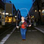 Annika Sahlin visar sina färdigheter med ett egentillverkat hopprep.