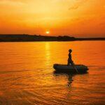 Anna njuter av solnedgången i den lilla gummibåten. Foto: Privat
