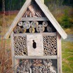 Ett litet hotell för pollinerande insekter finns strategiskt placerat mitt i Prästgårdens odlingar.