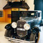 """En Cadillac från 1928 har tagit plats i samlingarna. Exakt samma modell som Al Capone hade. """"Hans bil hade skottsäkra rutor, och en höj- och sänkbar bakruta så att man kunde skjuta på förföljare, haha!""""."""