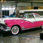 En lucka i samlingarna har fyllts: nu har museet en Ford Crown Victoria Skyliner. Mattias Nyberg putsar pärlorna i den nya USA-bilshallen.
