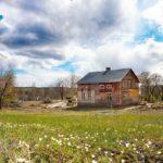 Den gamla ladugården är riven så nu finns inget som skymmer utsikten ner mot Långsjön.