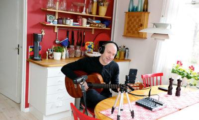 Jarmo riggar upp sin hemmastudio vid köksbordet.