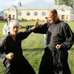 Härnö Aikidosällskaps träningsgrupp har tränat utomhus vid Kastellskolan nu i sommar.