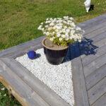 En altan med små inbyggda platser för växter. Finurligt!