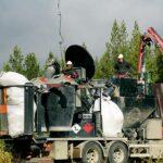 Nya kalktunnor fylls hela tiden på av personalen på marken.