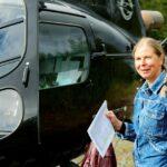 Planekolog Monika Bertgren på väg in i helikopter för en besiktning.
