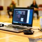 Pandemi, reserestriktioner och långa avstånd gör att några elever deltar via dator.