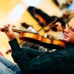 Bo Markusson och tränande koncentrerat med sin fiol.