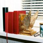 Den kristna tron avspeglar sig i bokhyllan.