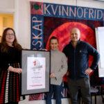 Frida Persbo i kvinnojouren fick en gåva på 10 000 kronor av Yippie Härnösands Linda Uhlander och Kenneth Zetterlund.