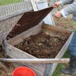 """Bokashi är en gammal, japansk metod för en slags kompostering, en syrningsprocess. När bokashin blandas med lite jord, skapas ny jord. """"Vår jordfabrik"""", säger Agnetha"""