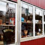 Vi passerar en fönsterutställning med gamla ting mellan Dunderkläpp och Dala.
