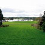 Plötsligt öppnar sig landskapet och ett vykort över Långsjön uppenbarar sig.