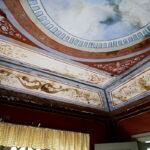 Taket är väldekorerat och köker har fått en mer modern standard utan att ha förlorat sin charm.